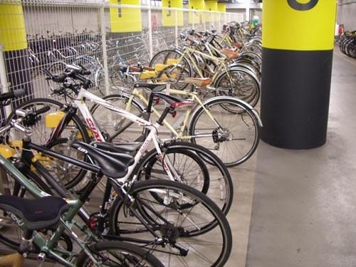 В Японии на стоянке для велосипедов есть 2 табличке для детей одна как надо ставить, а вторая как не надо.